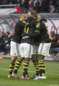 Dimitriadis gläds med de andra i laget efter ett AIK-mål.